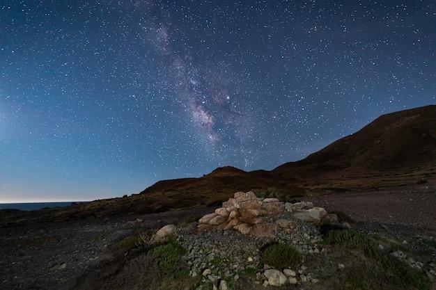 Paysage de nuit sur la côte des escullos. parc naturel de cabo de gata. espagne. Photo Premium
