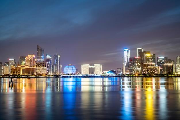 Paysage de nuit d'un paysage architectural urbain moderne à hangzhou Photo Premium
