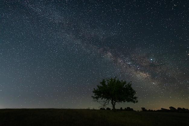 Paysage de nuit avec la voie lactée près de malpartida de caceres. estrémadure. espagne. Photo Premium