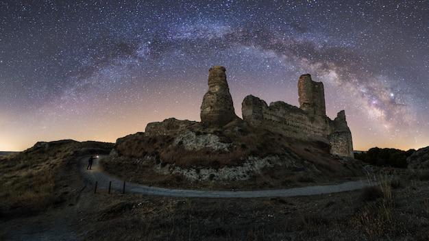 Paysage de nuit avec la voie lactée sur un vieux château Photo Premium
