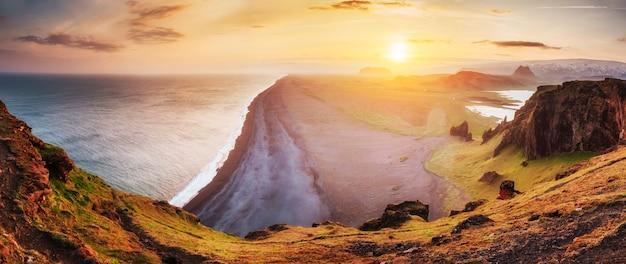 Paysage Avec Océan Et Mont Reynisfjall. Islande Photo Premium