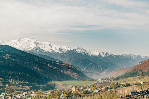 Paysage De Petite Ville Rurale De Mestia Dans La Vallée Avec La Montagne De Neige De La Géorgie. Photo Premium