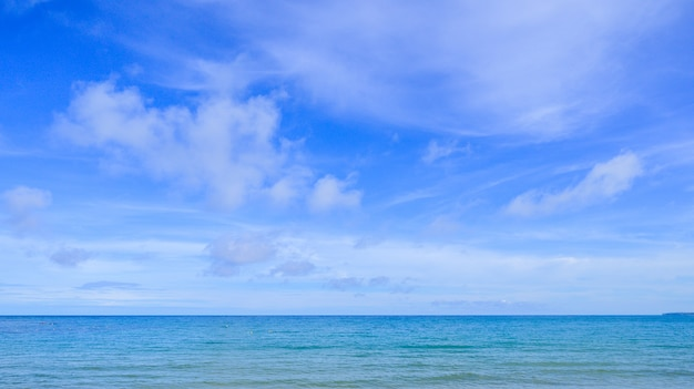 Paysage De La Plage Avec Un Ciel Bleu En Thaïlande. Photo Premium