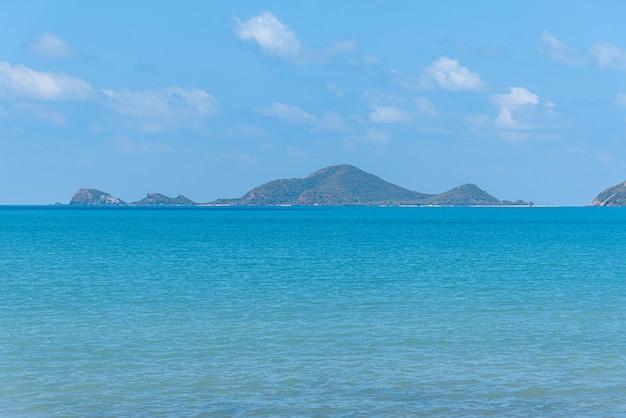 Paysage de plage et mer avec plage de rochers de récif Photo Premium