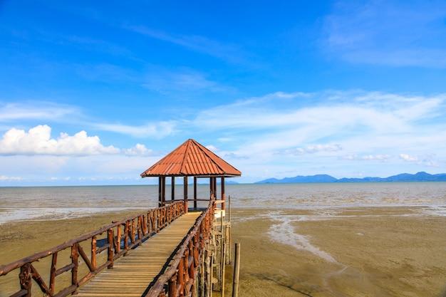 Paysage de plage noire laemngop, province de trat en thaïlande. Photo Premium