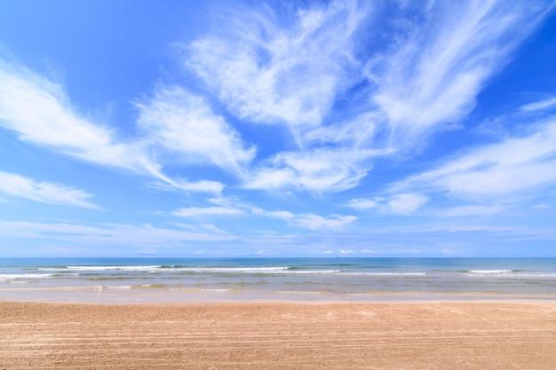 Paysage de la plage de sable avec ciel nuageux Photo Premium