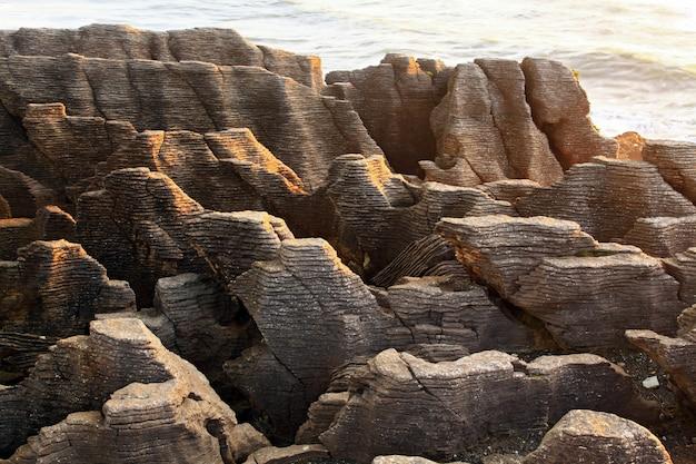 Paysage De Roche Grand Canyon De Crêpes Sur La Plage De La Côte Ouest De New Z Photo Premium
