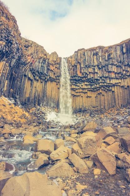 Méditation, calme... EXPLOSION ! [PV Musashi] Paysage-rocheux-landmark-grass-icelandic_1232-4517
