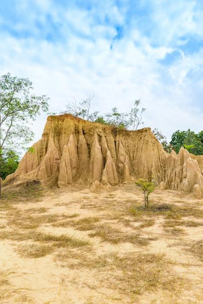 Paysage de sol texturé: piliers, colonnes et falaises en grès érodé Photo Premium