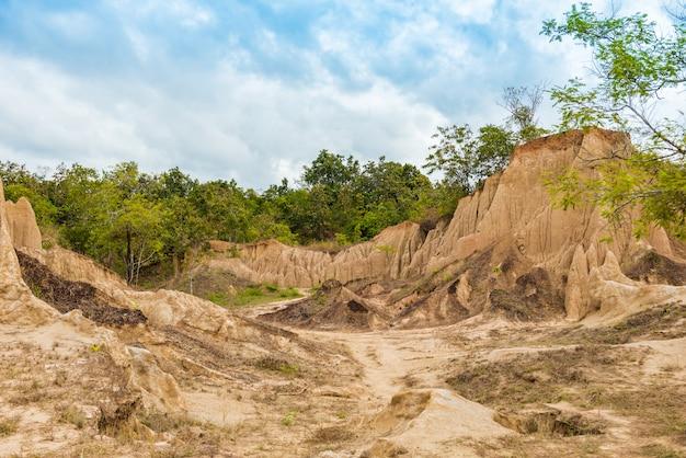 Paysage de textures de sol érodé de piliers, de colonnes et de falaises en grès, Photo Premium