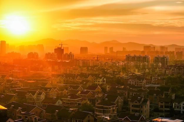 Paysage urbain au coucher du soleil Photo gratuit