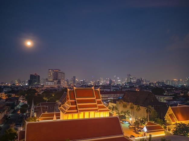 Paysage urbain de bangkok et vue de la pleine lune sur le ciel depuis le mont doré au temple de sak de wat thaïlande Photo Premium