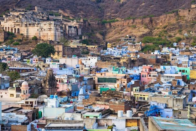 Paysage urbain de bundi, destination de voyage au rajasthan, en inde. le majestueux fort perché sur le flanc de la montagne surplombant la ville bleue. vue grand angle. Photo Premium