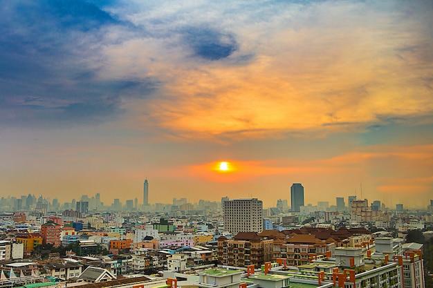 Paysage urbain dans le centre-ville de bangkok depuis la vue haute ou la vue à vol d'oiseau. Photo Premium