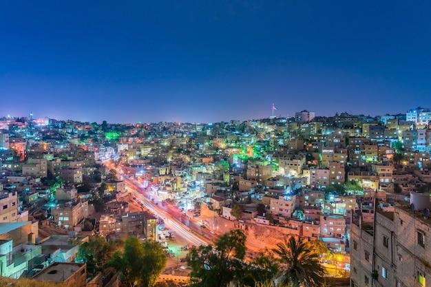 Paysage urbain du centre-ville d'amman au crépuscule, vue panoramique depuis la colline de la citadelle. Photo Premium