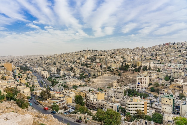 Paysage urbain du centre-ville d'amman au crépuscule Photo Premium