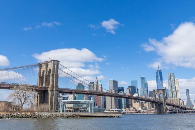 Paysage urbain du centre-ville de brooklyn bridge manhattan sur une journée ensoleillée new york usa Photo Premium