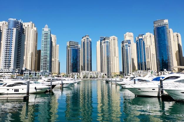 Paysage urbain de dubaï avec des bâtiments et des bateaux Photo Premium