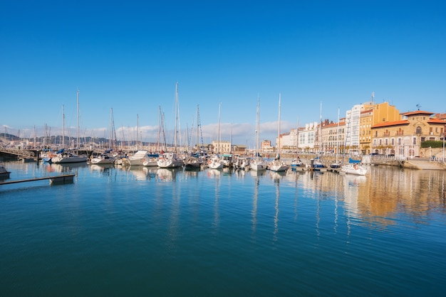 Paysage urbain de gijon. yatchs dans le port de plaisance de gijon, asturies, espagne. Photo Premium