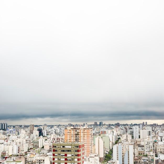 Paysage urbain en hauteur par temps nuageux Photo gratuit