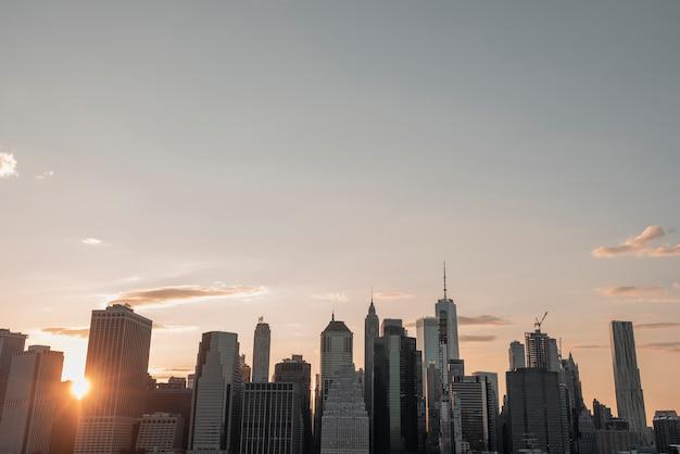 Paysage urbain de manhattan au crépuscule Photo gratuit