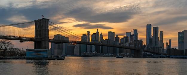 Paysage urbain de new york avec pont de brooklyn sur la rivière est Photo Premium