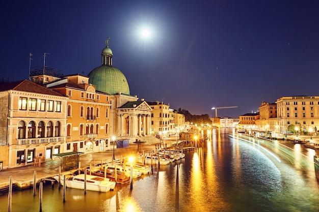 Paysage urbain nocturne de venise Photo Premium
