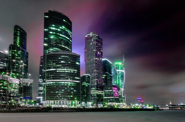 Un Paysage Urbain De Nuit Des Bâtiments De La Ville De Moscou. Photo Premium