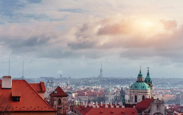 Paysage Urbain De Prague, République Tchèque. Ciel Clair Bleu Ensoleillé Photo Premium