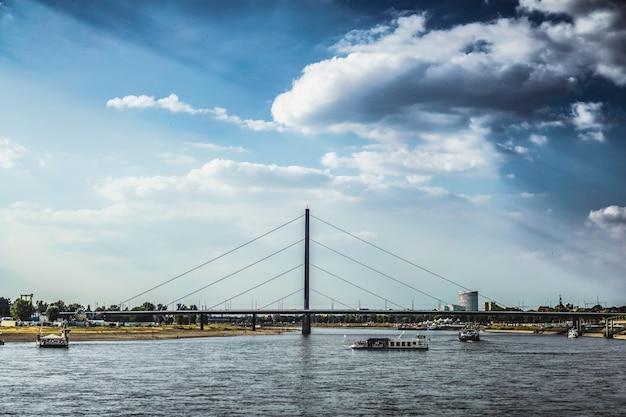 Paysage urbain avec rivière Photo gratuit