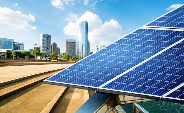 Paysage urbain de shanghai, monuments et panneaux solaires Photo Premium