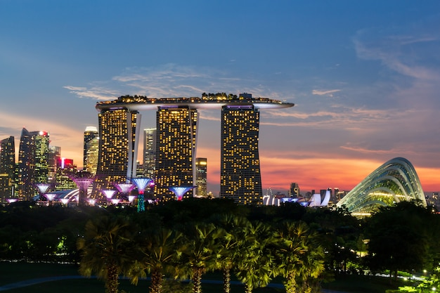Paysage urbain de singapour sur la marina et le coucher du soleil au crépuscule Photo Premium