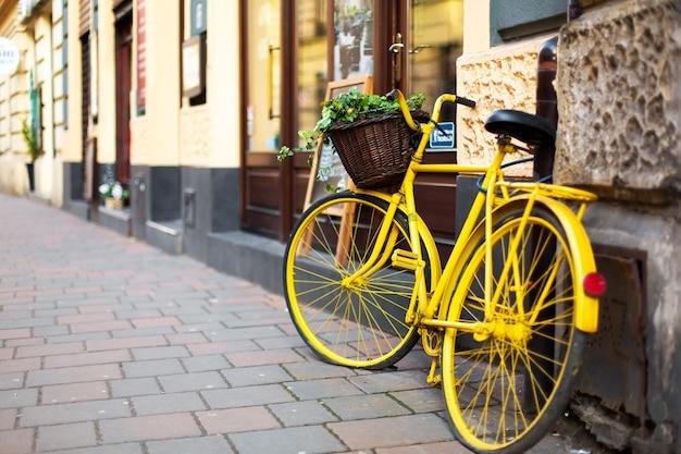 Paysage Urbain De La Vieille Ville Européenne Confortable. Un Pot De Fleur D'un Vieux Vélo. Photo Premium