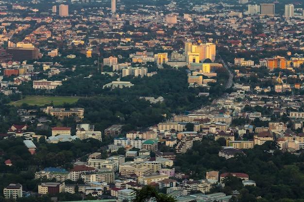 Paysage urbain de la ville de chiang mai, thaïlande depuis le point de vue Photo Premium