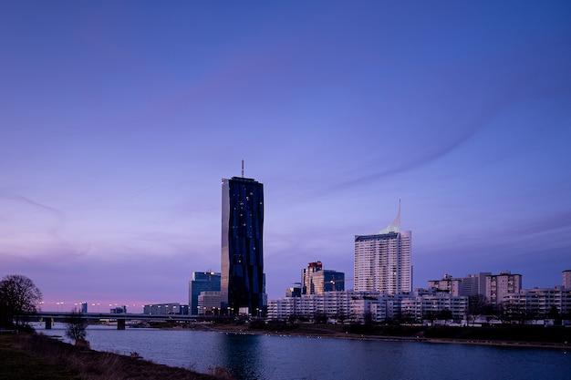Paysage Urbain De La Ville De Donau à Vienne En Autriche Avec La Dc Tower Contre Un Ciel Violet Photo gratuit