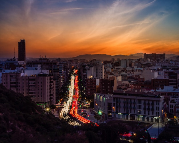 Paysage Urbain D'une Ville Moderne Entourée De Lumières Avec Une Longue Exposition Pendant Un Beau Coucher De Soleil Photo gratuit