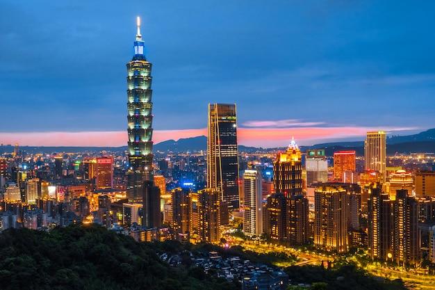 Paysage urbain de la ville de nuit taipei taipei 101 bâtiment de la ville financière de taipei, taiwan Photo Premium