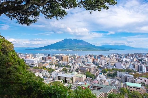 Paysage urbain avec vue de fond de montagne sakurajima, mer et ciel bleu Photo Premium