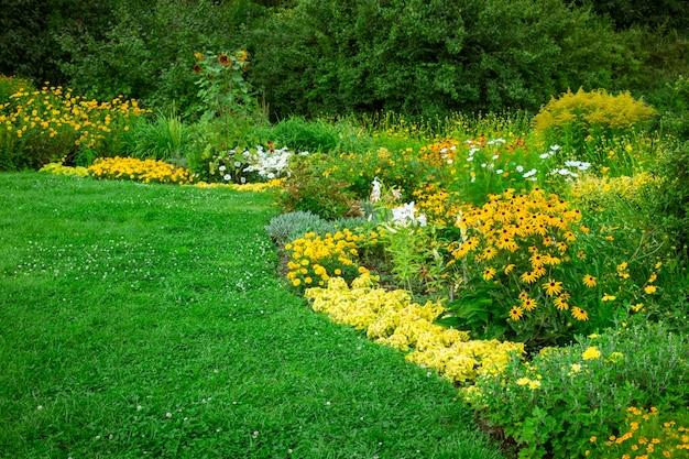Paysage vert frais du jardin à la française Photo Premium