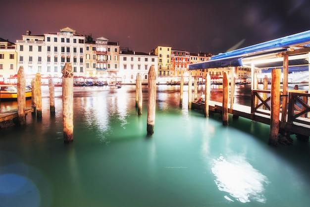 Paysage de la ville. pont du rialto ponte di rialto à venise, italie la nuit. Photo Premium