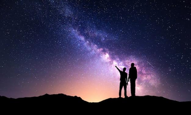 Paysage Avec Voie Lactée Et Silhouette D'un Père Et Fils Photo Premium