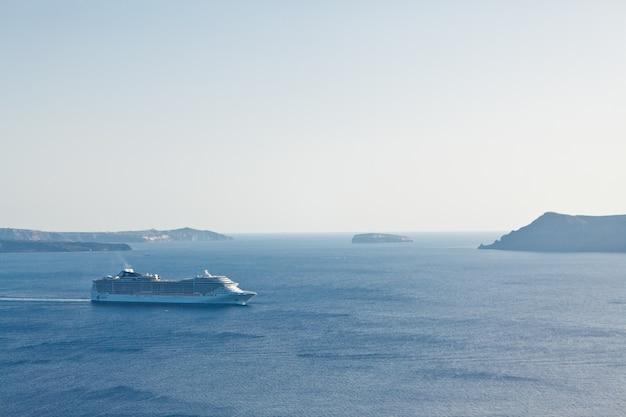 Un paysage avec vue sur la mer. croisière à la mer près de l'île de santorin, grèce Photo Premium