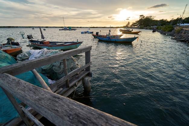 Paysage de vue sur le port de pêche coucher de soleil latinos il y a un débarcadère. Photo Premium