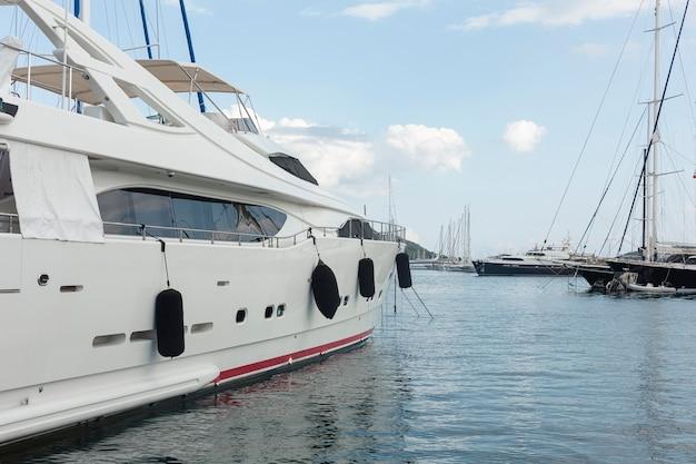 Paysage de yacht sur l'eau de mer Photo gratuit