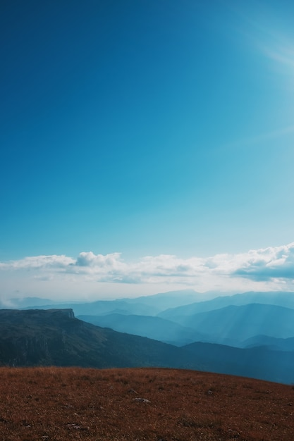 Paysages avec ciel bleu et nuages, route à travers les cimes et les collines à travers les majestueuses Photo Premium