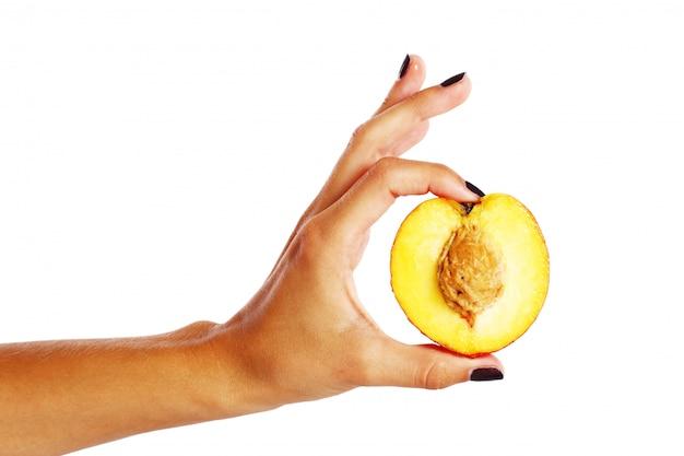 Peach Fruit Dans La Main De La Femme Photo gratuit