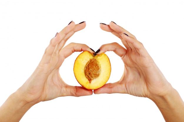 Peach Fruit Dans Les Mains De La Femme Photo gratuit