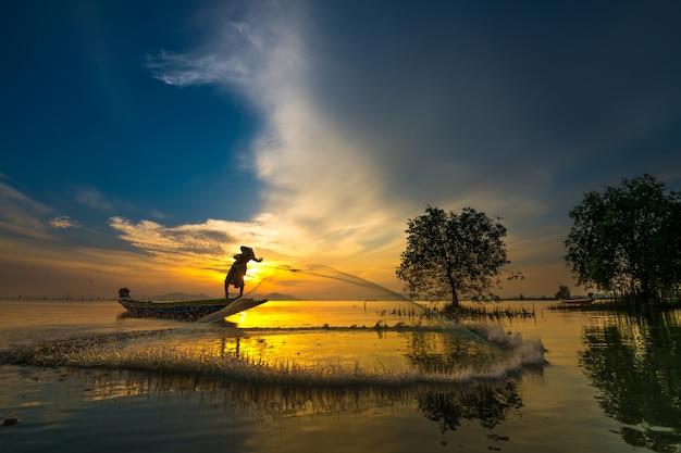 Pêcheur, bateau, attraper, poisson, lever soleil Photo Premium