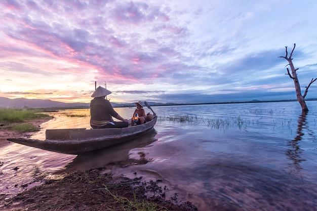 Pêcheur, grand-père, petit-fils, pêche, bateau Photo Premium