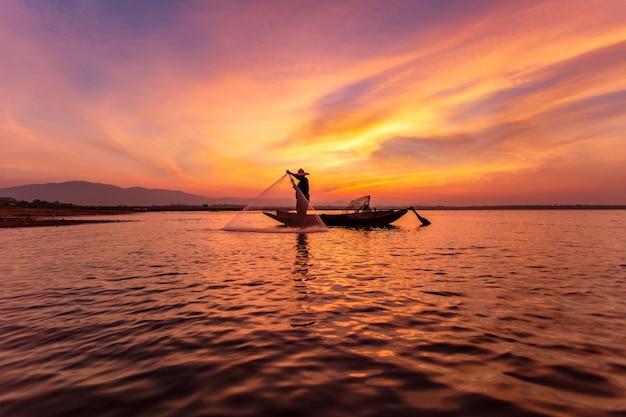Pêcheurs en bateau sur le lac Photo Premium
